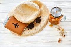 暑假概念 黄色鸡尾酒汁液用杏子,帽子 免版税图库摄影