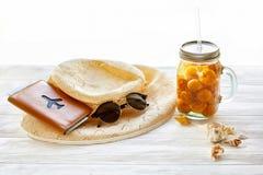 暑假概念 黄色鸡尾酒汁液用杏子,帽子 库存图片