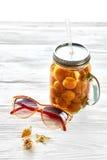 暑假概念 黄色鸡尾酒汁液用杏子, su 库存图片