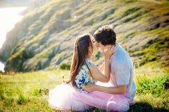暑假爱关系和约会概念-挥动在海岸的浪漫嬉戏的夫妇 免版税图库摄影