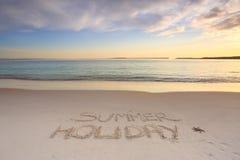 暑假被铭刻入海滩沙子  免版税库存图片