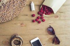暑假,假期,放松概念 莓,草帽,智能手机,从上面太阳镜,顶视图,平的位置求爱 库存照片