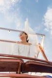 暑假,放松在游艇屋顶的愉快的妇女在日落 安达曼海泰国 免版税库存图片