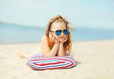 暑假,放松,旅行概念-画象儿童说谎的基于海滩 免版税图库摄影