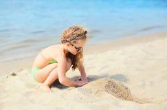 暑假,旅行概念-海滩使用的小女孩孩子 库存照片