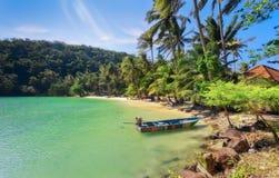 暑假:靠岸与木小船和蓝天在酸值Ngam,泰国 免版税库存照片