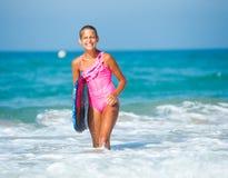 暑假-冲浪者女孩。 免版税图库摄影