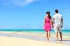 暑假-在热带海滩的夫妇假期 库存图片