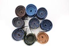 黑暗与五颜六色的样式的滚动的领带 免版税库存照片