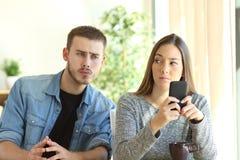 暗中侦察他的女朋友的嫉妒的男朋友 库存照片