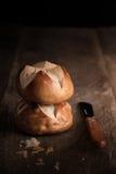 暗区和新鲜面包 库存图片