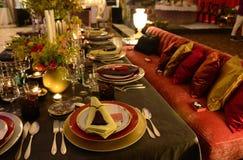 黑暗和五颜六色的表装饰,党晚餐,时髦 免版税库存照片