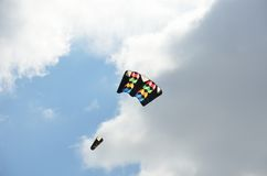 黑暗和五颜六色的风筝 免版税库存图片