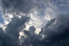 黑暗和清楚的云彩:感觉和自然 库存图片