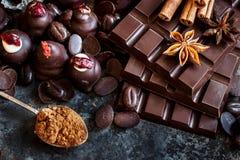 黑暗和牛奶巧克力堆,甜点的分类 免版税库存照片