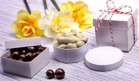 黑暗和白色巧克力坚果 库存照片