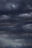 阴暗天空和城市背景 免版税图库摄影