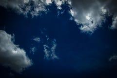 黑暗天空和多云 库存图片