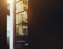 从暗室的看法被打开的阳台门的 免版税库存照片