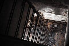 黑暗生锈了下来金属的梯子 免版税库存照片
