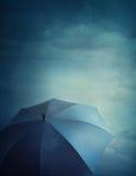 黑暗的云彩和伞 免版税库存图片