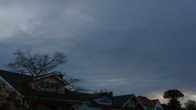 黑暗的云彩和天空时间间隔电影在住宅邻里郊区在波特兰俄勒冈4k UHD 影视素材