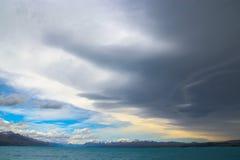 黑暗的云彩和蓝天在普卡基湖 图库摄影