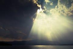 黑暗的云彩和阳光 库存照片