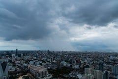 黑暗的云彩在城市 库存图片