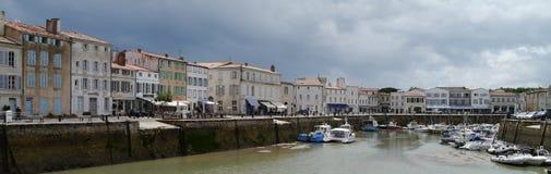 黑暗的云彩在港口在圣马丁de Re, Il de Re 全景 图库摄影