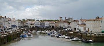 黑暗的云彩在港口在圣马丁de Re, Il de Re 库存照片