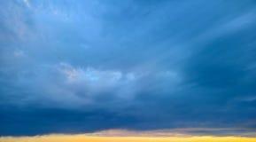 黑暗的云彩-在风暴背景前 库存照片