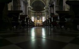 黑暗的光在意大利教会里 库存照片