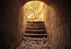 从黑暗的具体隧道内部的发光的出口 库存图片