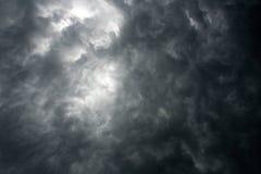 黑暗的剧烈的天空 免版税库存照片