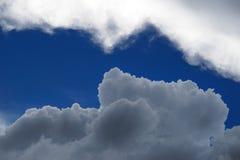 黑暗的动乱的预兆突然产生一朵白色云彩 库存图片