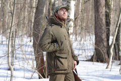 黑暗的卡其色的衣物的猎人人在森林里 库存图片