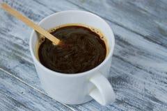 黑暗的咖啡和混乱棍子 免版税库存图片