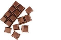 黑暗的在白色背景隔绝的巧克力块和立方体,顶视图 库存图片