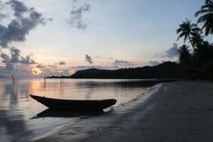 黑暗的在背景小船的海热带日落 库存照片