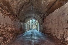黑暗的地下过道在老镇 免版税库存照片