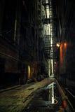 黑暗的城市胡同在晚上 免版税图库摄影