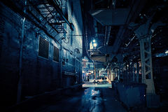 黑暗的城市胡同在晚上 免版税库存照片