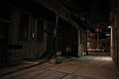 黑暗的城市胡同在晚上 库存照片
