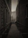 黑暗的城市胡同 免版税图库摄影