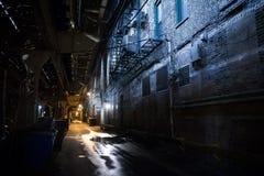 黑暗的城市胡同 免版税库存图片