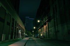 黑暗的城市街道在晚上 免版税库存照片