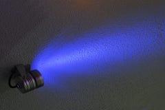 黑暗的墙壁被阐明的颜色泛光灯 免版税库存照片