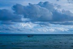 黑暗的多云风雨如磐的天空 免版税库存图片