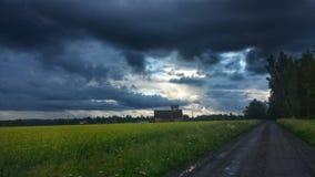 黑暗的多暴风雨的天气 免版税库存图片